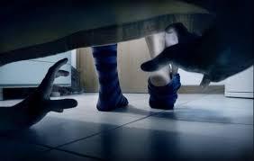"""Eu vi uma coisa se mexendo debaixo da tua cama, cuidado, pode ser uma alma penada. Elas gostam de morar debaixo das camas"""""""