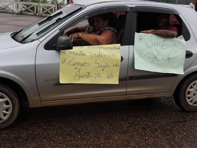 Amigos da cabeleireira mostravam cartazes com pedido de justiça