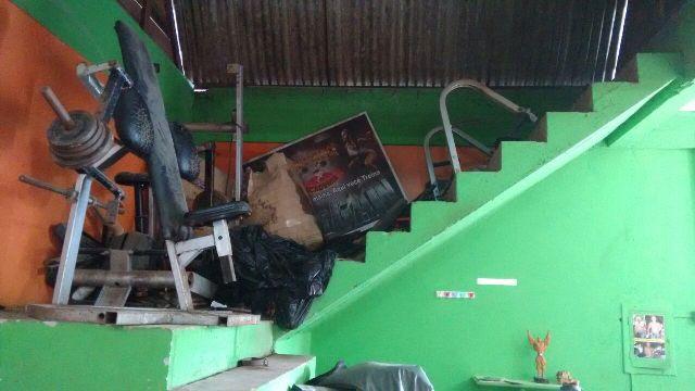 Lixo acumulado dentro da academia que foi interditada