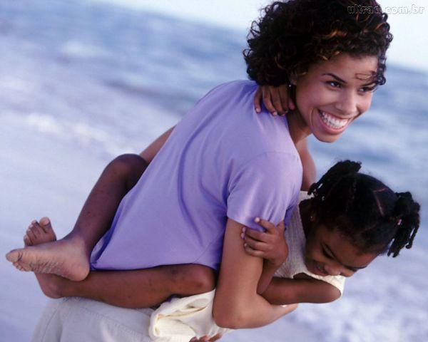 Obrigado pela mãe, que embala no colo o filho que, apesar de biologicamente não ser seu, lhe pertence pelo gigantesco amor que preenche todo o seu coração.
