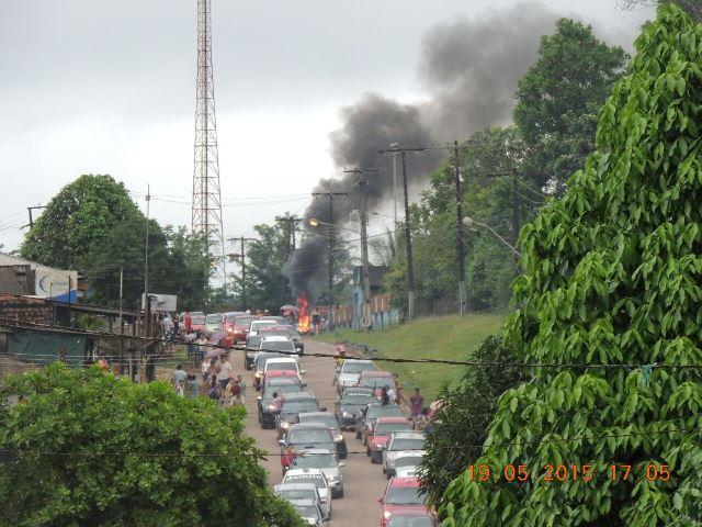 Manifestaram queimaram pneus em frente ao prédio da CEA e ameaçaram quebrar o escritório da companhia