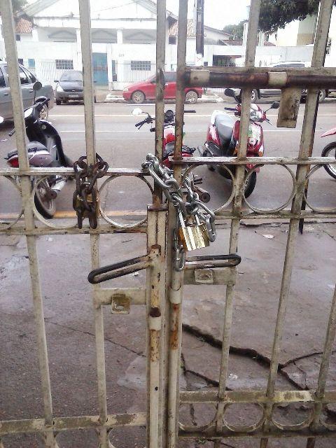 Um dos portões trancado com cadeado pelos manifestantes. Fotos: Cássia LIma