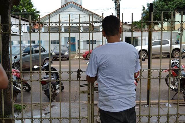 Professor guarda uma das entradas trancadas pelos grevistas. Fotos: Cássia Lima