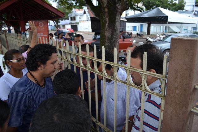 Sindicalistas e secretário de Administração negociam liberação dos portões