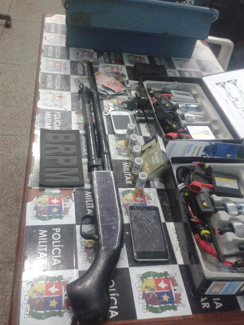 Além dos aparelhos, os suspeitos tinham uma espingarda calibre 12. Fotos: BRPM