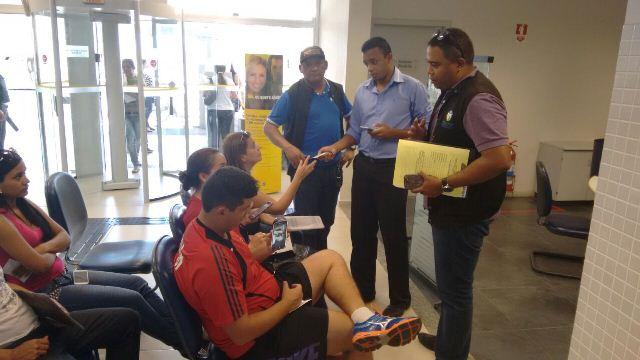 Fiscais do Procon conversam com clientes à espera de atendimento. Fotos: Cássia Lima