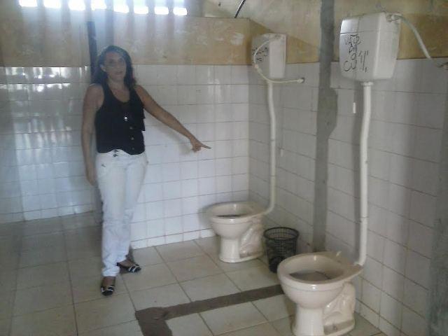 A professora Shirley mostra às condições precárias dos banheiros