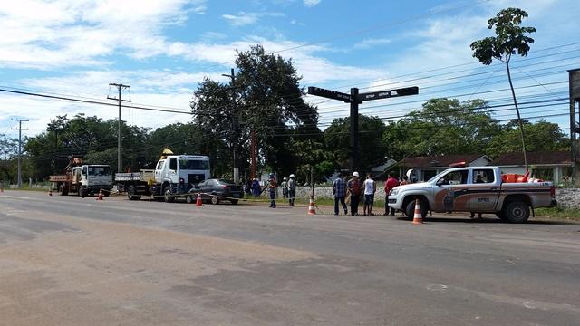 Caminhão e um dos cinco da CEA que faziam serviços na rede ao longo da rodovia