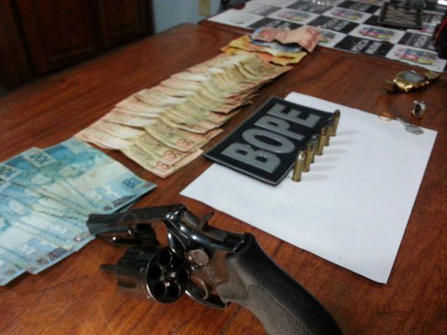 Policiais precisaram usar luvas para contar o dinheiro guardado no ânus do bandido