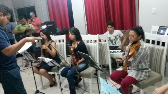 A banda agora tem o acompanhamento de uma orquestra de cordas e sopro