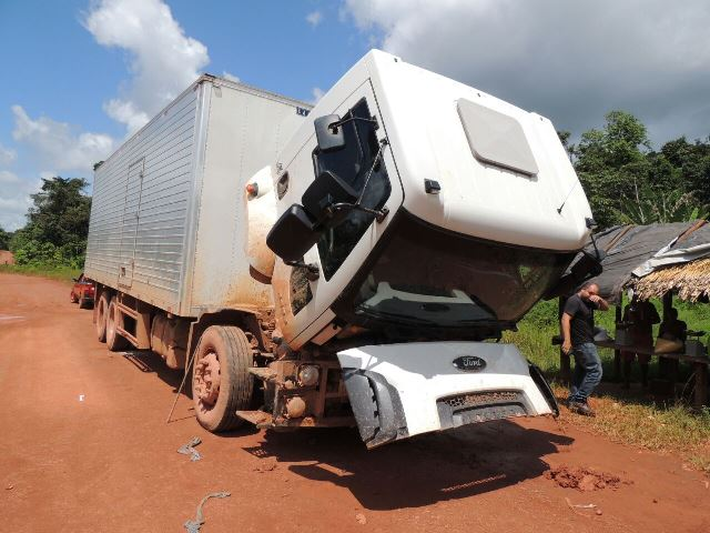 Caminhão de seu Abreu à espera do mecânico
