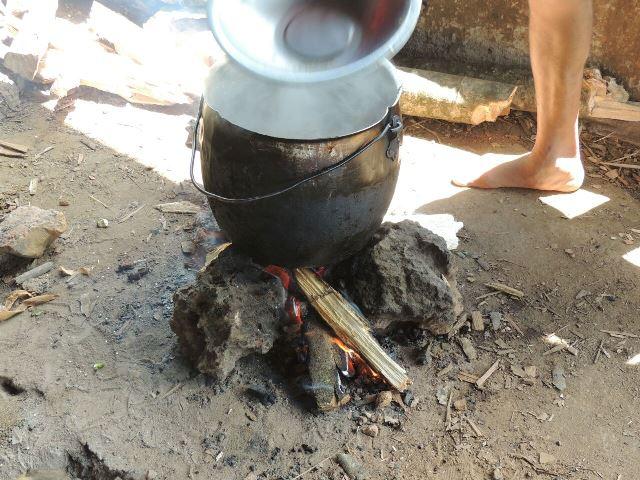 Em acampamento o jeito é improvisar a refeição
