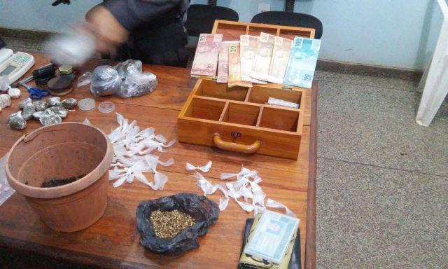Além da droga, dinheiro foi apreendido. Fotos: BRPM