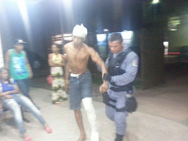 Erismar chega acompanhado de um policial ao Ciosp do Pacoval. Fotos: Jair Zemberg