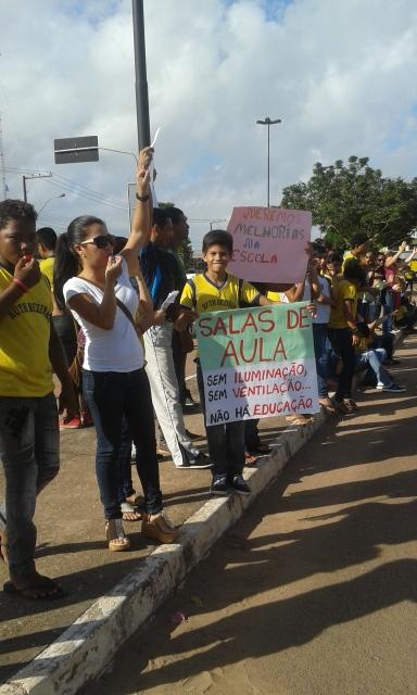 Estudantes e professores ocuparam o canteiro central da Avenida Tancredo Neves
