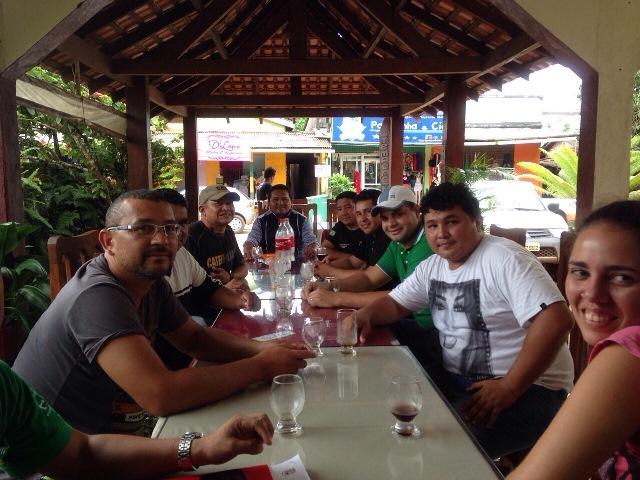 Dirigentes da ONG Acorda Oiapoque e lideranças indígenas discutiram os últimos preparativos para o protesto. Fotos: Humberto Baía