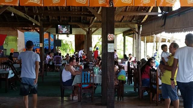 Restaurante tem música ambiente e muita ventilação