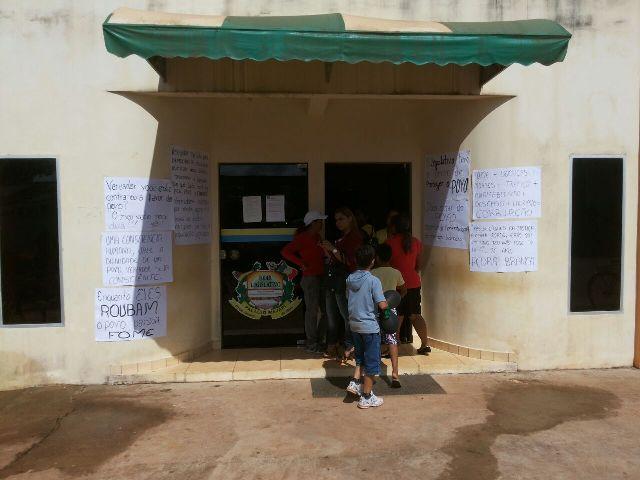 Na entrada do prédio da prefeitura vários cartazes foram colados reclamando do prefeito