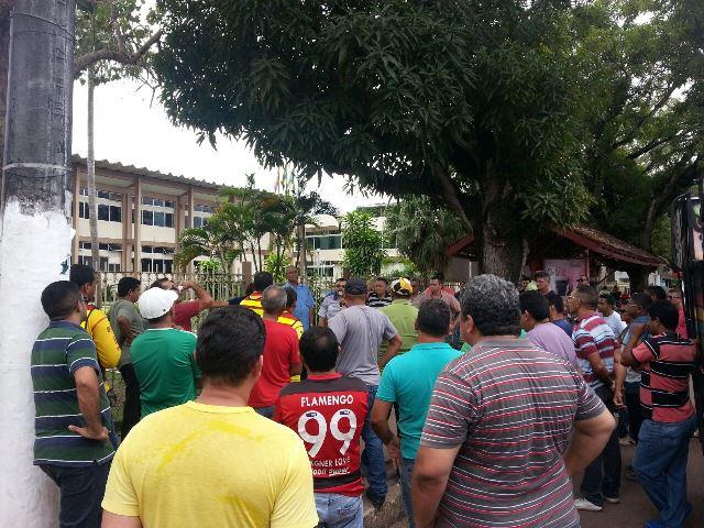 Mototaxistas e taxistas protestara em frente ao prédio da PMM. Fotos: Jair Zemberg