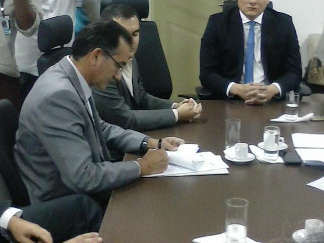 O governador Waldez Góes participou da assinatura do acordo