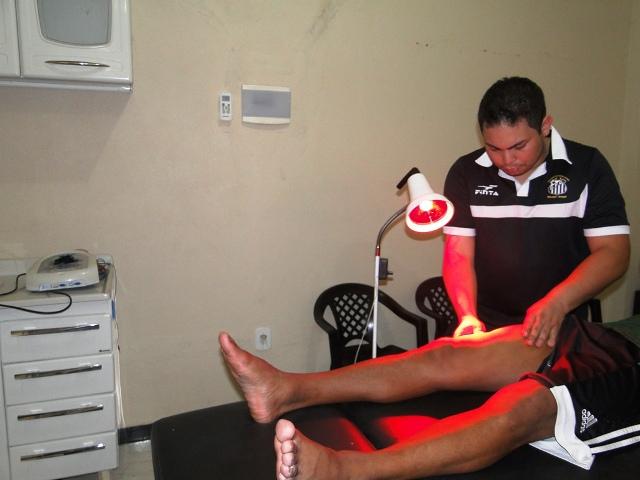 Fisioterapeuta Diego Neves em ação no Departamento Médico do Santos