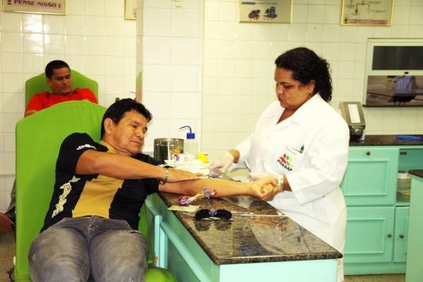 Júlio Fernandes doa sangue há cinco anos junto com a família