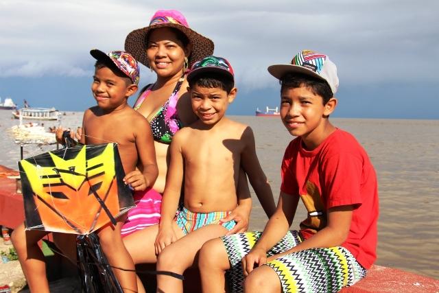 Luíza Gomes com os filhos, aproveitando o Macapá Verão