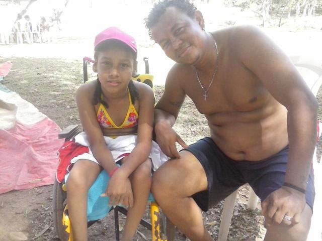 Naiandra Nascimento com o pai na AABB