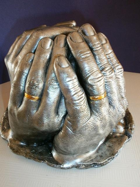Mãos de um casal com as alianças