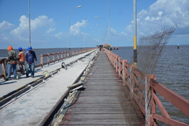 A estrutura de madeira está sendo substituída e a rede elétrica recuperada. Fotos: Agência Amapá