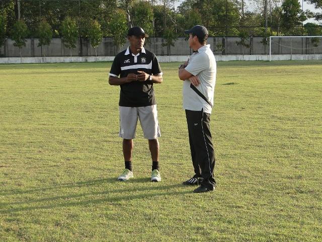 Treinador Minga e auxiliar Romeu Figueira: escalação só momentos antes do jogo