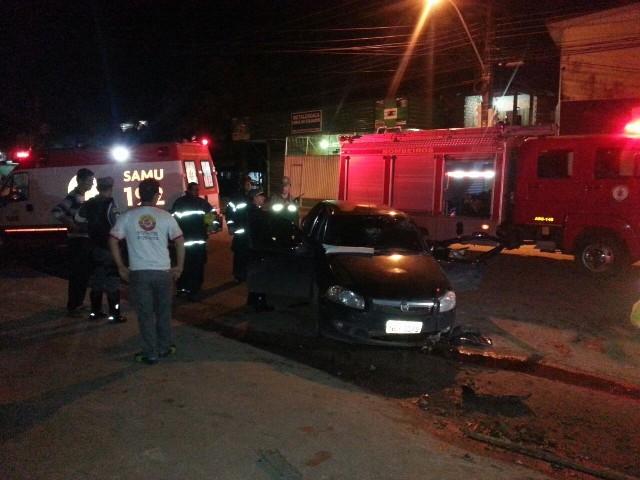 O carro atravessou a Rodovia JK e bateu numa calçada