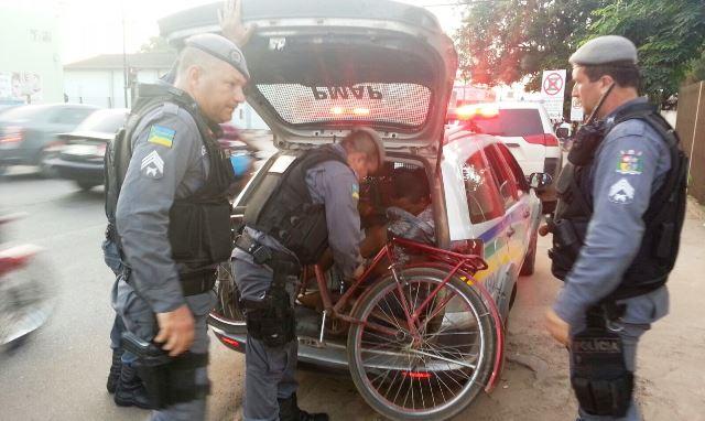 Policiais desembarcam a bicicleta usada pelos assaltantes. Fotos: Jair Zemberg