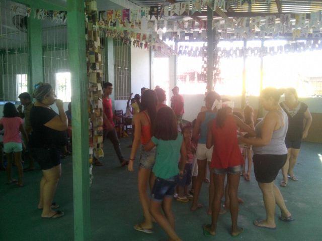 Crianças e adolescentes participam de atividades educativas na igreja