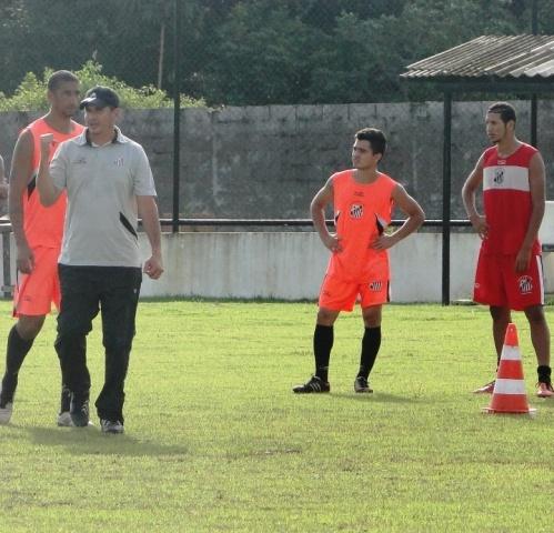 Auxiliar técnico do Santos, Romeu Figueira, orienta treinamento antes de embarcar para o Ceará