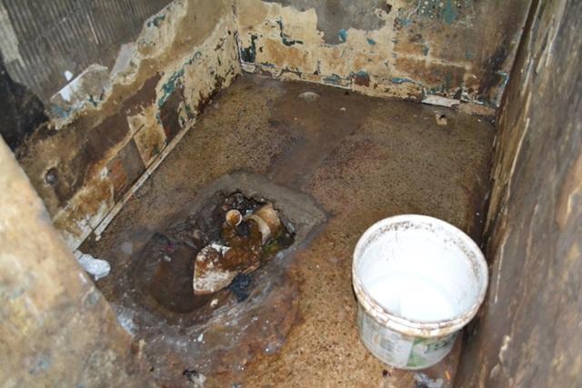 Banheiro de uma cela masculina no Núcleo de