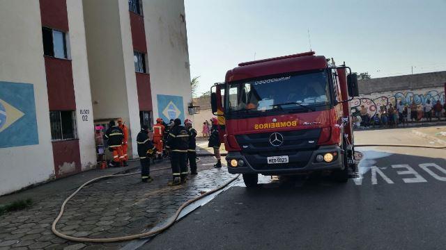 Bombeiros chegaram rapidamente e conseguiram evitar que o fogo atingisse mais apartamentos. Fotos: Site SelesNafes.Com