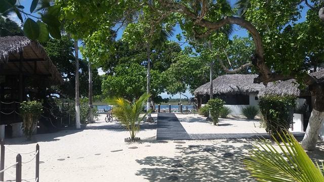 O local é muito organizado e num terreno com areia fina, repleto de árvores e bangalôs