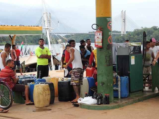 Catraieiros com seus carotes em busca de combustível para trabalhar