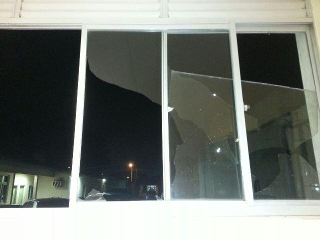 Uma das janelas do HE quebradas por parentes e Max