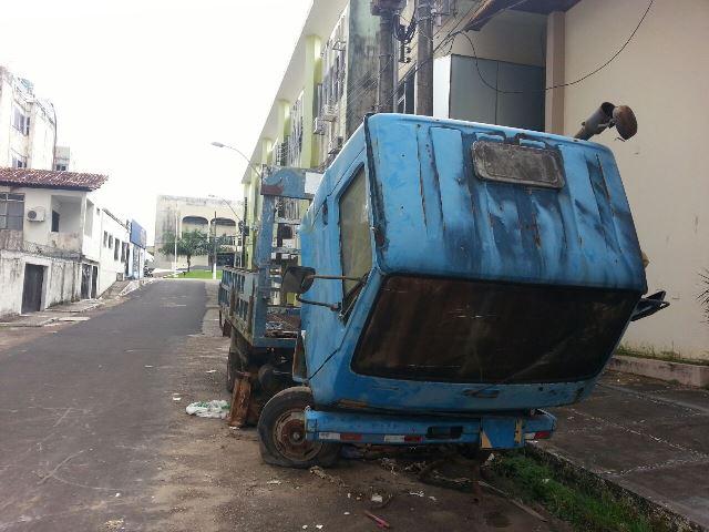 Caminhão estacionado ao lado da Agência de Fomento