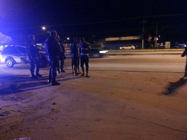 Policiais revistam suspeitos que foram reconhecidos, mas liberados. Fotos: Jair Zemberg