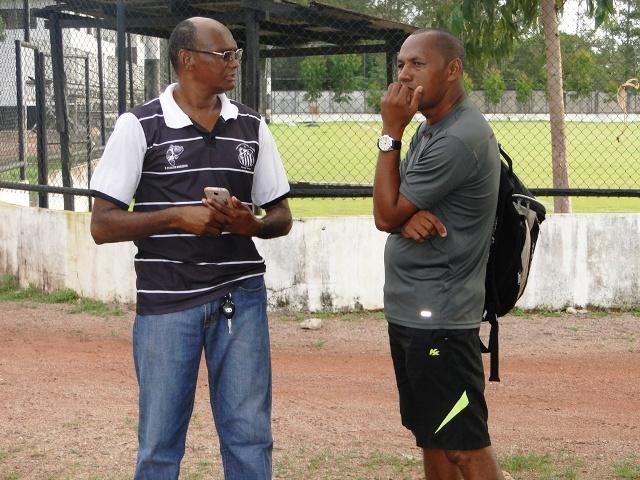 Técnico Minga discute os últimos ajustes do time