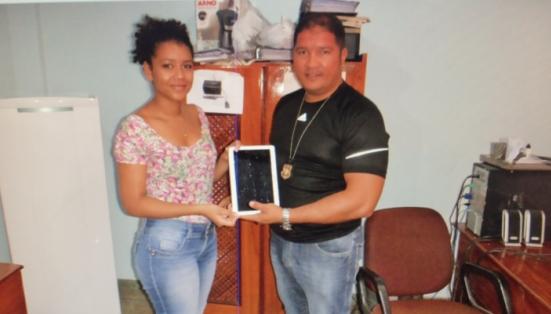 Jedielson entrega para a proprietária, um tablet recuperado das mãos de ladrões