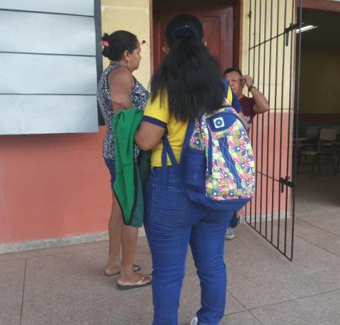 Dona Maria Brito, com a filha: não recebemos nenhum aviso sobre o atraso no reinício das aulas
