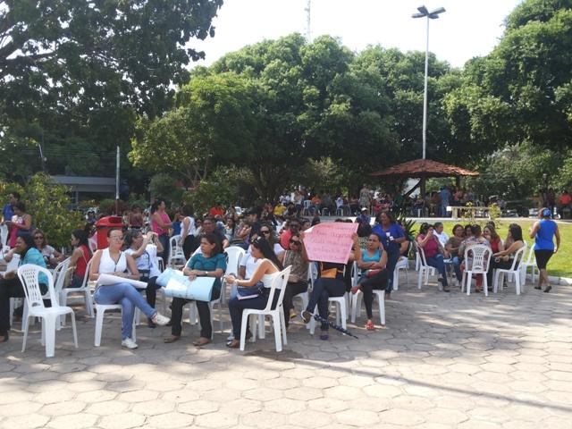 Professores se concentraram na Praça da Bandeira. Fotos: Cassia Lima