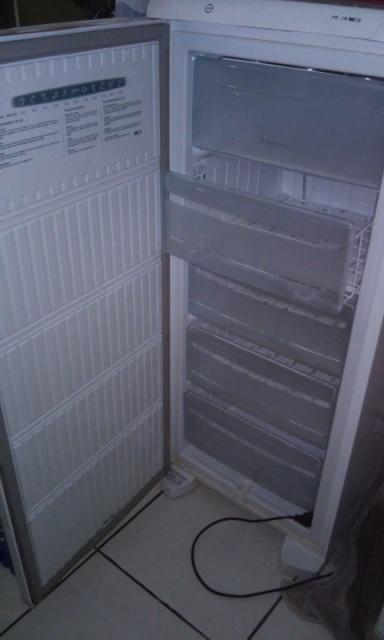 O freezer da dona de casa que queimou por conta das quedas de energia