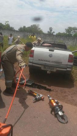 O Corpo de Bombeiros precisou de equipamento hidráulico para retirar o motorista das ferragens. Foto: Dicom BPRE