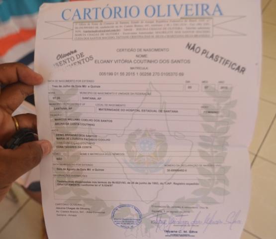 Certidão de nascimento da criança. Fotos: André Silva