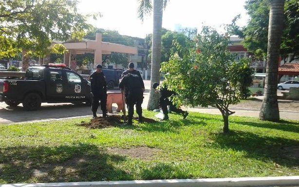 Policiais cavaram um buraco na Praça da Bandeira para colocar a mochila